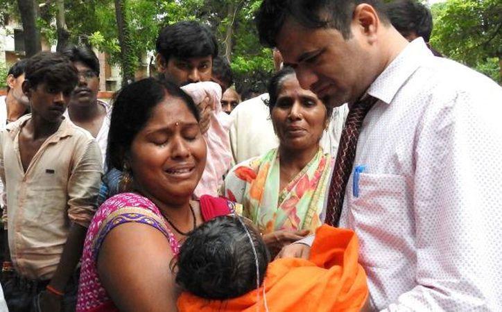 Según varios medios indios, decenas de niños murieron el jueves y el viernes por falta de reservas de oxígeno. (Foto: AFP)