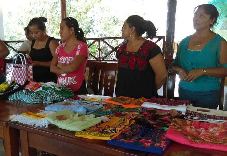 Las artesanías que tienen que ver con el bordado y urdido de hamacas, se consideran fuentes de empleo para los pueblo indígenas. (Jesús Caamal/SIPSE)