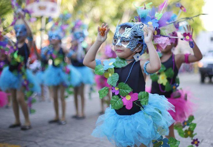 La Arquidiócesis de Yucatán exhortó a los fieles que participan en el Carnaval agradezcan a Dios la oportunidad de convivir en familia. Fotografía de contexto de una niña durante un desfile de carnestolendo en el centro de Mérida. (Archivo/SIPSE)
