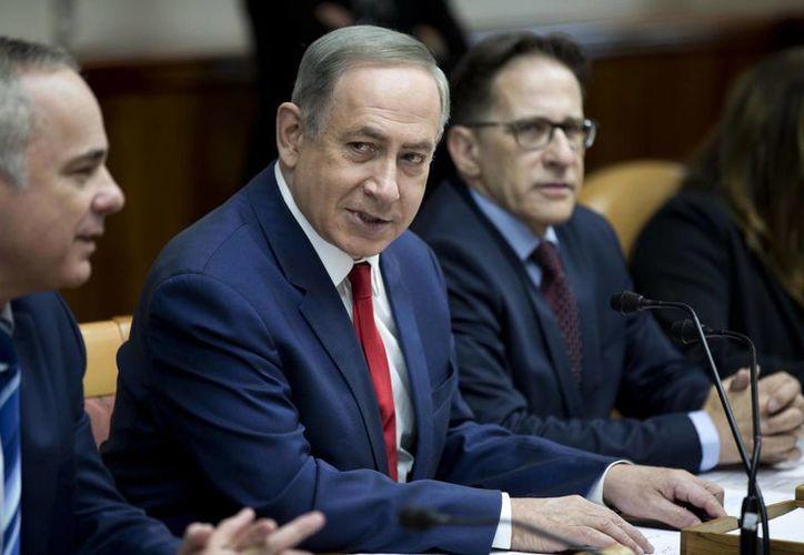 Imagen del primer ministro israelí, Benjamin Netanyahu, en una reunión semanal del gabinete en su oficina en Jerusalén, Israel, este domingo. Vía Twitter expresó su apoyo a la construcción de un muro en la frontera de México-EU  (Abir Sultan, Pool vía AP)