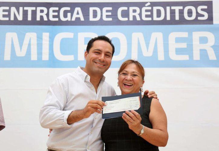 El alcalde Mauricio Vila encabezó la tercera entrega de cheques de Micromer por 1.2 mdp a 25 emprendedores. (Fotos: Ayuntamiento de Mérida)
