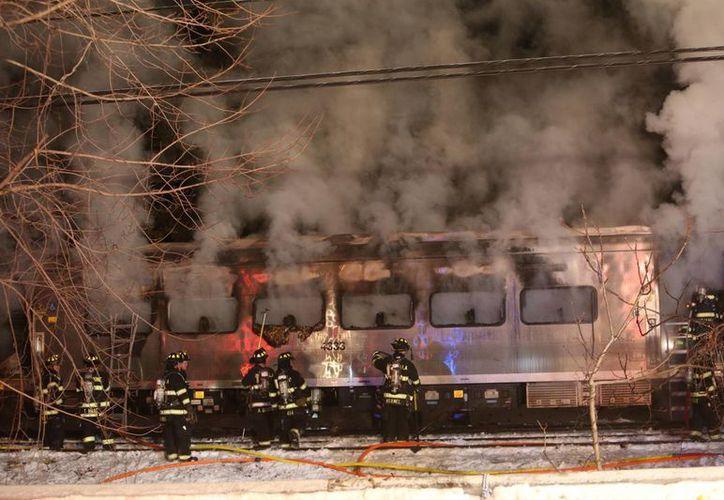 Así quedó el tren de pasajeros chocó el martes con un automóvil sobre las vías al norte de la ciudad de Nueva York. (Foto de AP)