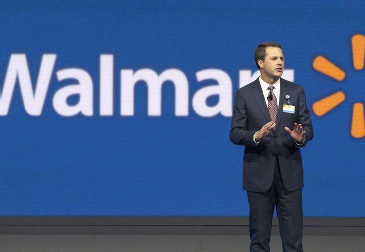Imagen de archivo de Wal-Mart CEO Doug McMillon en una reunión de accionistas de la compañía en Fayetteville, Arkansas. La empresa anunció este lunes la compra del sitio web Jet.com para desafiar al líder de tiendas en línea Amazon. (Foto AP / Danny Johnston, archivo)