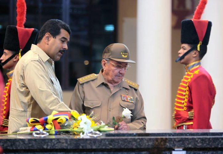 Nicolás Maduro y el presidente de Cuba, Raúl Castro, visitan la tumba del difunto Hugo Chávez en Caracas, Venezuela. (Agencias)