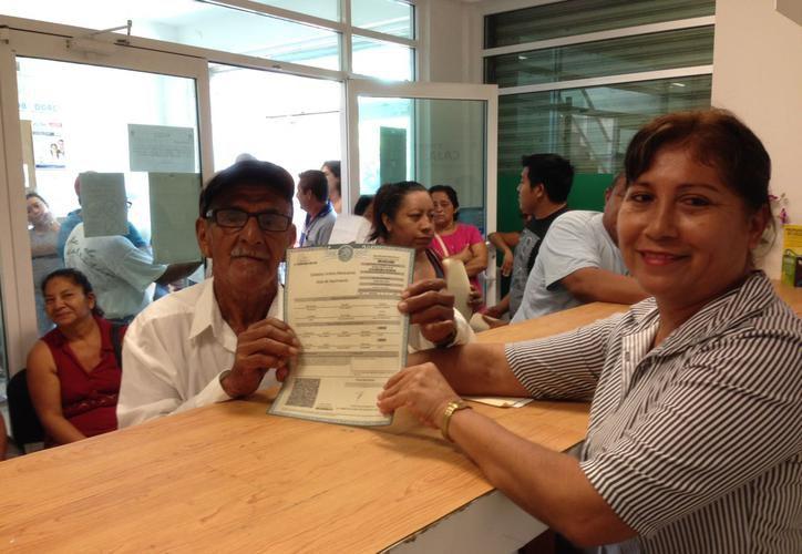 Exhortan a los adultos a acercarse al Registro Civil de Solidaridad para informarse sobre la campaña. (Foto: Contexto/SIPSE)