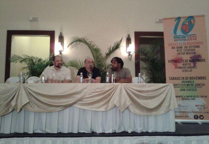 Imagen de la conferencia de prensa llevada a cabo esta mañana, a la derecha el artista Victor Wooten. (Adrián Barreto/SIPSE)