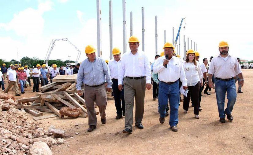 El titular del Ejecutivo estatal escuchó la explicación del secretario de Obras Públicas, Daniel Quintal Ic. (Milenio Novedades)