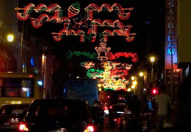 El Ayuntamiento colocó adornos patrios en calles, avenidas y parques de Mérida. (Christian Coquet/SIPSE)