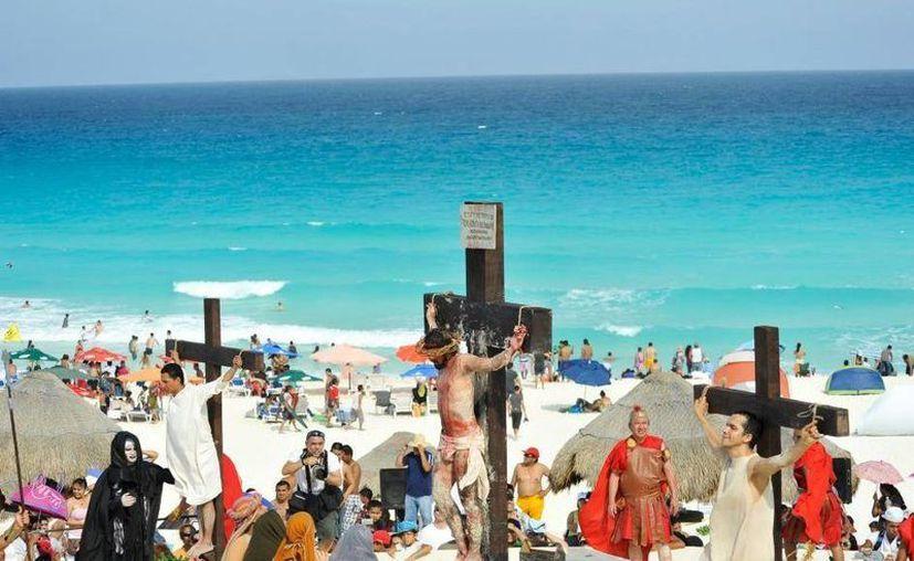 En Cancún, uno de los Viacrucis más representativos es el que se realiza en Playa Delfines. (Facebook/Pretalura de Cancún Chetumal)