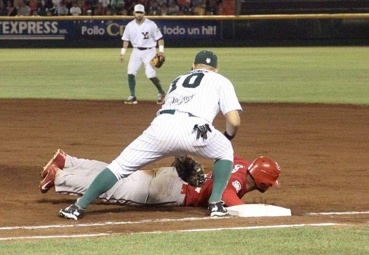 Leones de Yucatán derrotó por blanqueada de 4-0 a Piratas de Campeche en el sexto juego de la serie semifinal de zona. (Jorge Acosta/SIPSE)