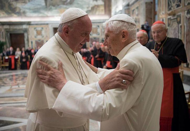 En la ceremonia del martes, Francisco entró a la Sala Clementina en medio de aplausos de los cardenales presentes y fue directamente a abrazar a Benedicto XVI. (Agencias)