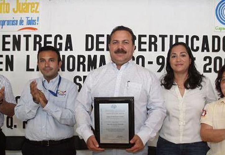 El presidente felicitó al instituto municipal galardonado. (Cortesía/SIPSE)