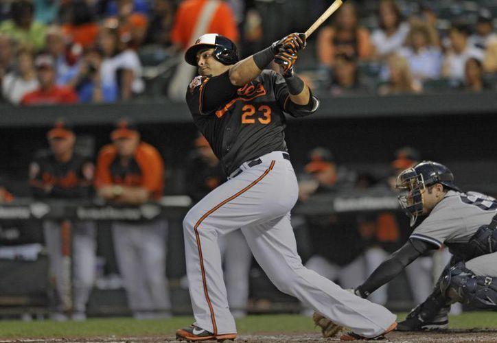 Nelson Cruz, de Orioles, conecta un sencillo en partido contra Yanquis. (Foto: AP)