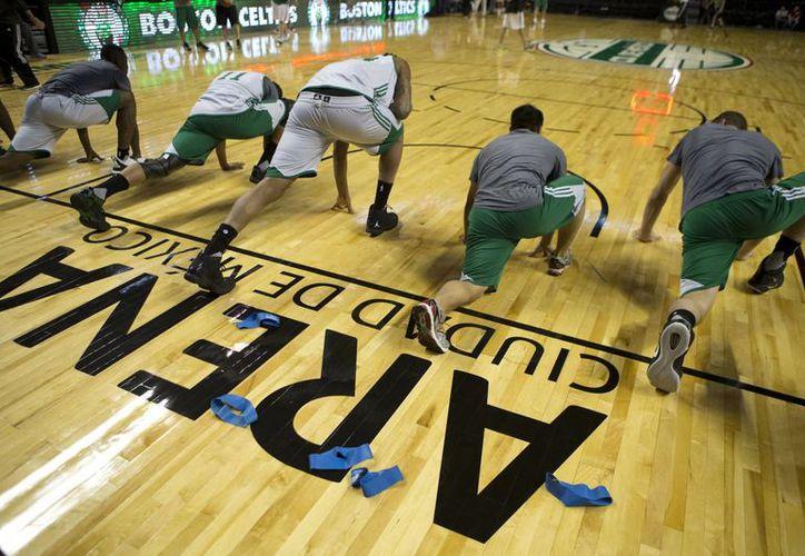 Integrantes de los Celtics durante su entrenamiento de este miércoles en la Arena Ciudad de México, esto de cara ante su enfrentamiento contra Sacramento dentro de la temporada regular de la NBA. (AP)