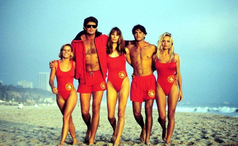 El actor David Hasselhoff (el más alto) puso de su dinero para que la serie televisiva saliera adelante. (vulture.com)