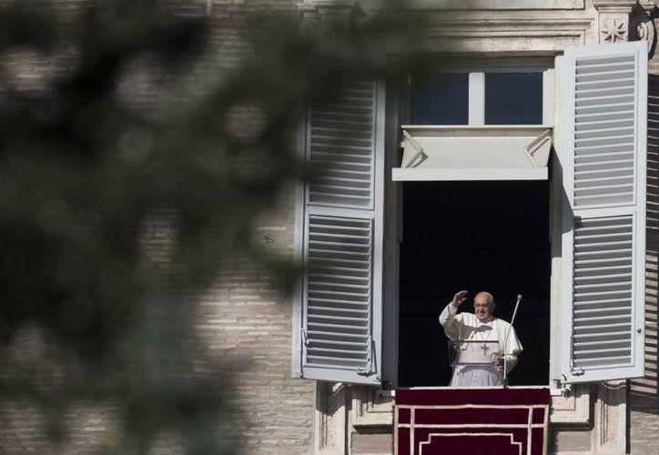El Papa Francisco durante el rezo del Angelus en la Plaza de San Pedro, en el Vaticano. (Foto: AP)