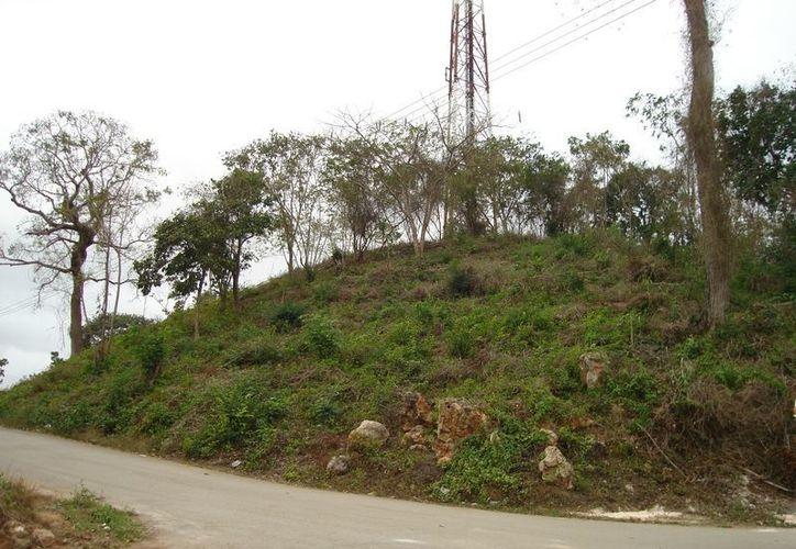 La loma donde está la primer antena de señal televisiva, aseguran habitantes, sirve incluso como escudo natural que protege a la ciudad de los fenómenos hidrometeorológicos. (Carlos Yabur/SIPSE)