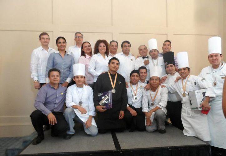 En la imagen, algunos de los competidores de la IV Olimpiada Hotelera. Los participantes pertenecen a los equipos de los hoteles Fiesta Americana, Presidente Intercontinental, El Castellano, Holiday Inn y Hyatt Regency. (Milenio Novedades)