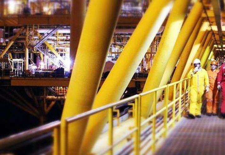 Ante la falta de pago por parte de Pemex a más de 50 mil empresas que trabajan alrededor de la industria petrolera se prevé el recorte de  entre 10 y 20 por ciento en la plantilla laboral. Imagen de contexto. (pemex.com)