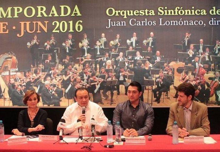 El titular de Sedeculta, Roger Metri (con el micrófono), durante la presentación de la temporada 25 de la Orquesta Sinfónica de Yucatán. (SIPSE)