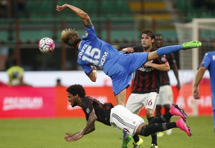 Luiz Adriano y Andrea Costa se enfrentan en partido ganado por AC Milan 2-1 a Empoli en la Liga italiana. (Foto: AP)