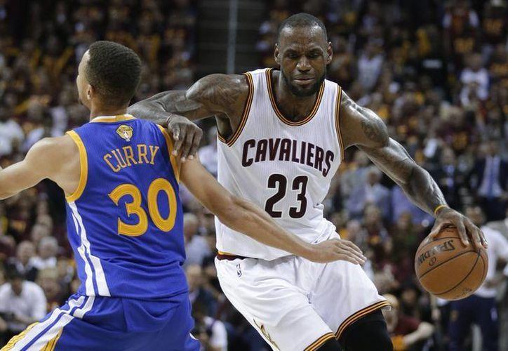 Le Bron James (de frente) vs Stephen Curry, frente a frente dos de los mejores jugadores de la NBA. (Fotos: AP)