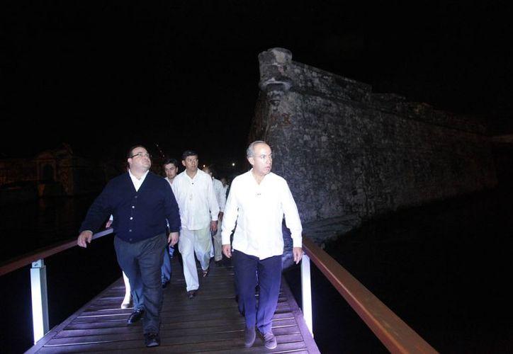 El presidente Calderón, junto con el gobernador de Veracruz, Javier Duarte, supervisó las obras del recinto. (Notimex)