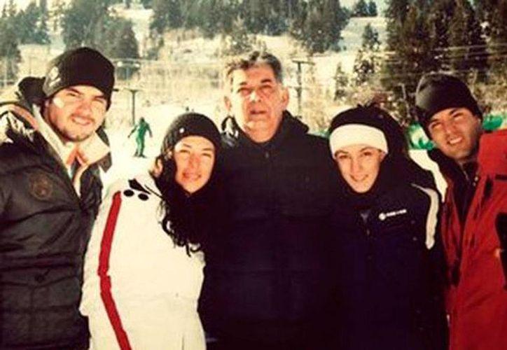 Jose Murat y su familia durante un viaje de esquí a Utah, donde sus hijas compraron conjuntamente un condominio y sus hijos adquirieron conjuntamente otro, según el NYT. (Especial )
