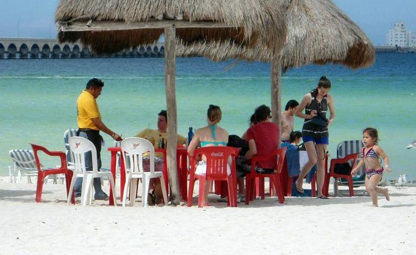 Los pasajeros del Elation disfrutaron del sol y la playa. (Milenio Novedades)