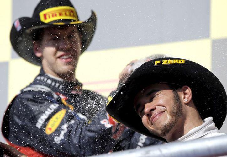 Alguna vez Hamilton dijo que ayudaría a Alonso a ganar el campeonato. (Foto: Agencias)