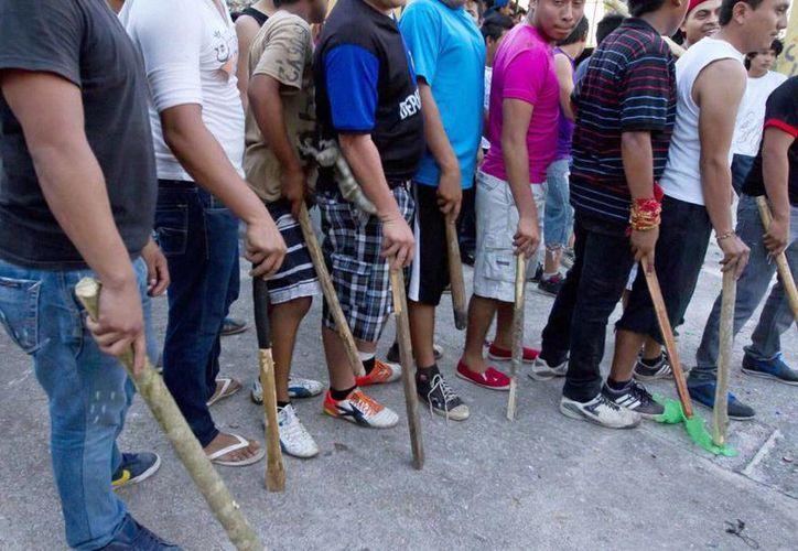 Imagen de los pobladores en espera para matar a los animales atrapados como iguanas de distintos tipos y tamaños y  zarigüeyas, entre otros. (vice.com)