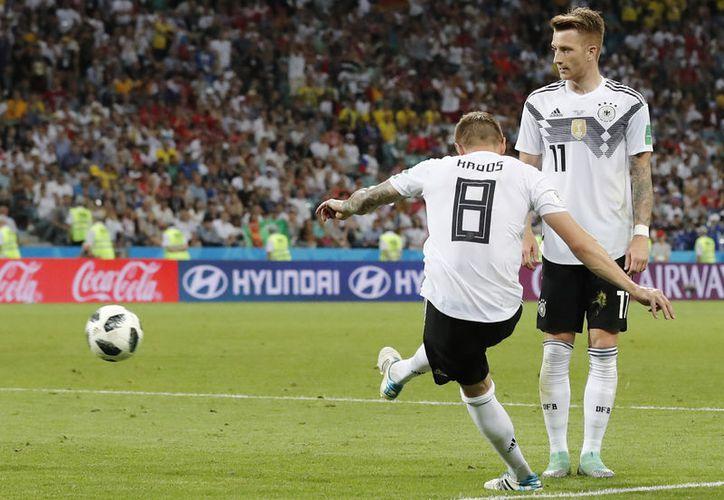 Momento del cobro de Kroos. Este es uno de los momentos más importantes en la historia de la Selección Alemana, pues este cobro y gol evitó que quedaran eliminados en primera ronda. (Foto: AP)