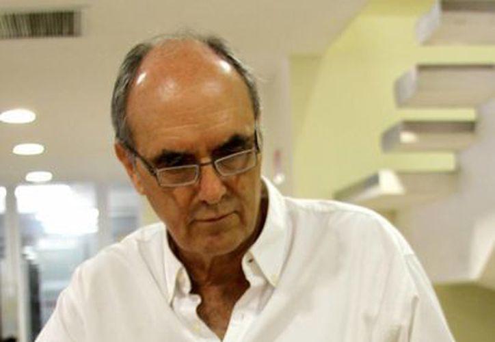 Fernando Martí Ascencio, consultó las notas periodísticas sobre los primeros años de la ciudad. (Francisco Gálvez/SIPSE)