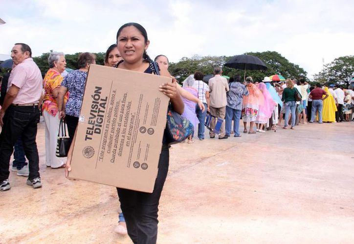 Cientos de beneficiarios de programas federales acudieron a recibir su televisor. (Jorge Acosta/SIPSE)