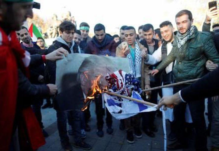 Miles de palestinos inundaron las calles para protestar contra el reconocimiento de Jerusalén como capital israelí. (El Financiero)