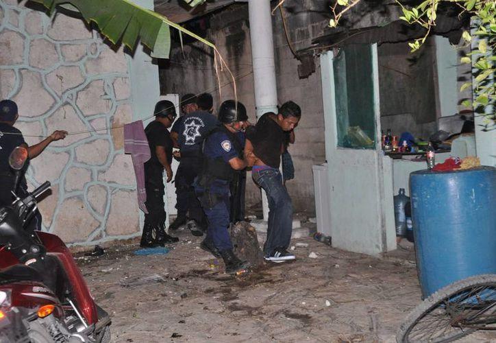 """Cinco muchachos, integrantes de la banda """"los diablitos"""", fueron detenidos ayer por elementos del Grupo de Operaciones Especiales.  (Redacción/SIPSE)"""