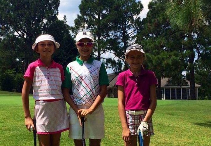 La golfista tabasqueña Ariel González (centro) llegó al cuarto puesto en el 'Kids Golf World Championship' que se celebra en Pinehurst, Carolina del Norte. (Milenio Novedades)