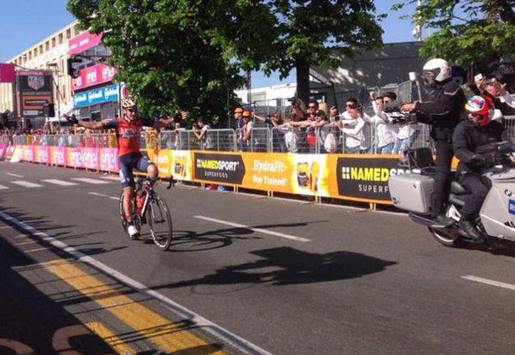 La celebración anticipada del ciclista esloveno Luka Pibernik, le costó el truinfo durante la quinta etapa del Giro de Italia. (LA FM)