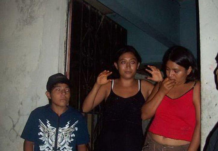 Integrantes de la familia de la casa de la colonia San Lázaro durante la entrevista. (Jorge Moreno/SIPSE)
