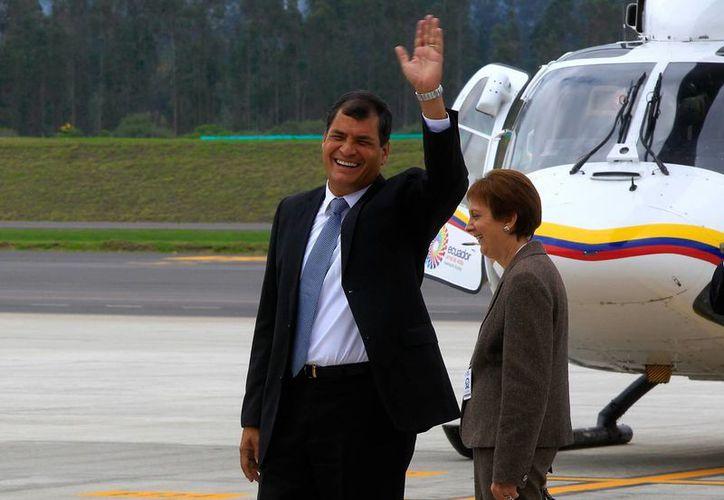 El presidente de Ecuador, Rafael Correa saluda a su llegada al nuevo aeropuerto de Quito. (EFE)