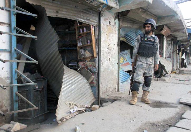 Un oficial de seguridad afgano asegura el sitio de la explosión de una bomba que tenía como objetivo una oficina de inteligencia en Jalalabad, provincia de Nangarhar, Afganistán. (EFE)