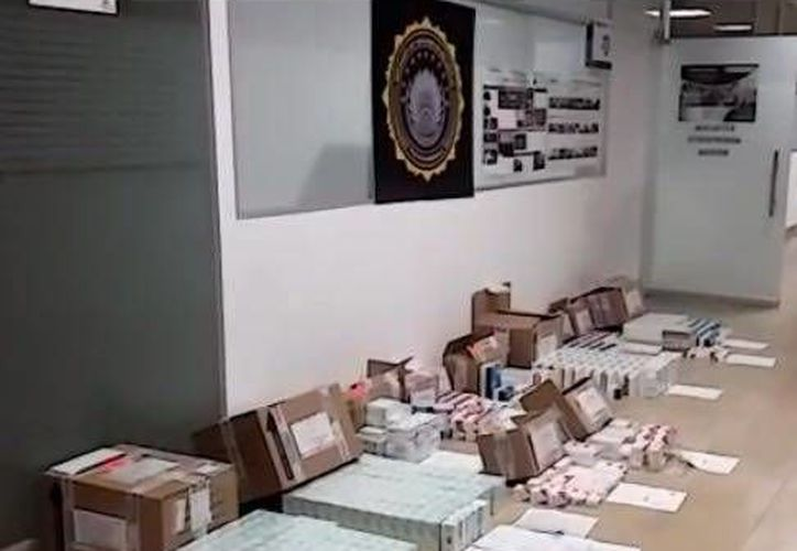 Agentes federales con ayuda de perros detectores aseguraron casi 40,00 pastillas con documentación falsa en la zona de mensajería del Aeropuerto Internacional de Mérida. (Fotos cortesía de Policía Federal)