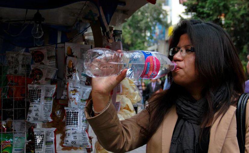 La recomendación de los expertos es beber agua solamente cuando el cuerpo lo pida. (Archivo/Notimex)