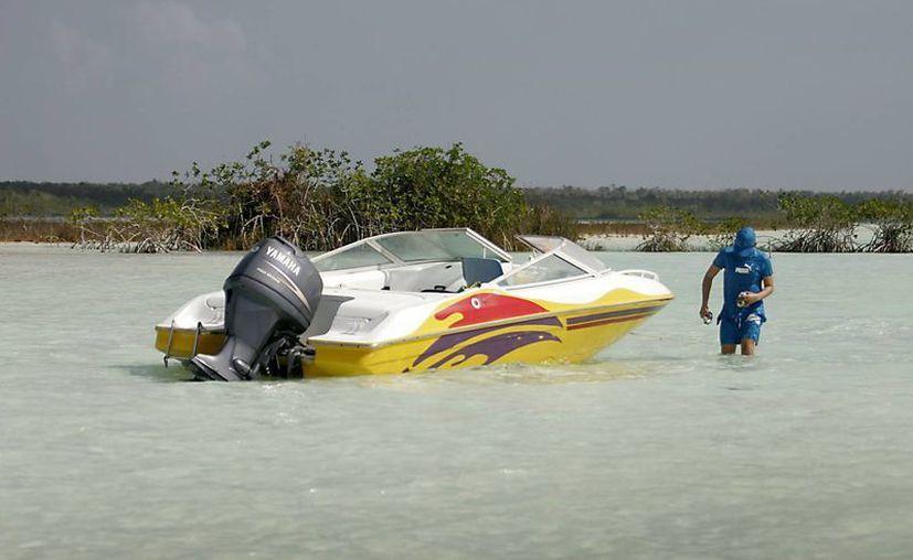 Embarcaciones con motores fuera de borda y turbina destruyen los montículos. (Harold Alcocer/SIPSE)