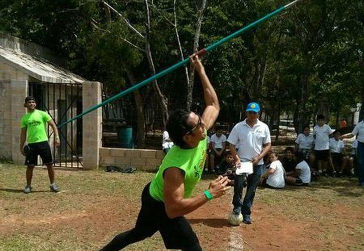 Los jóvenes participaron en fútbol, baloncesto, voleibol, atletismo, lanzamiento de bala, disco, jabalina, entre otras disciplinas. (Ángel Mazariego/SIPSE)