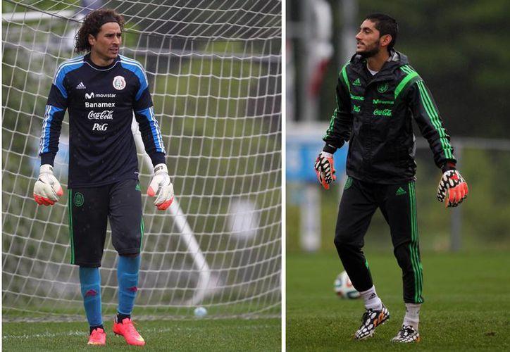 Miguel Herrera optó por la serenidad de Guillermo Ochoa (i), quien finalmente quedó como portero titular de México en Brasil 2014. (Notimex)