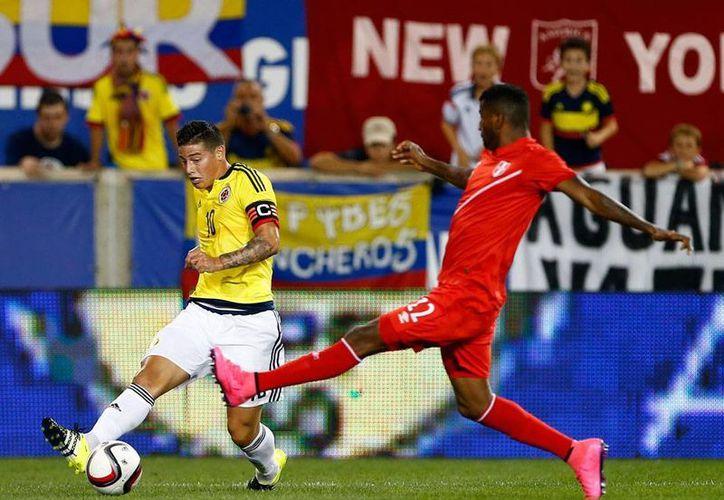 James Rodríguez (izq.), jugador del Real Madrid, estará fuera un mes por una lesión que sufrió durante un encuentro con su selección (Colombia) ante Perú. (Archivo/AP)