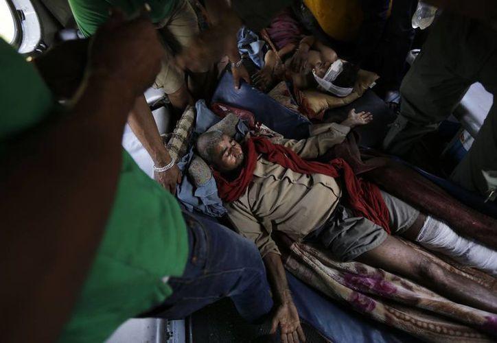 Imagen de un grupo de víctimas del terremoto de Nepal que son trasladados a los hospitales más cercanos. El terremoto fue el peor que se registró en esa zona en más de 80 años. (Foto AP/Altaf Qadri)