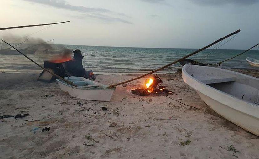 Ahora fue en Las Coloradas donde se presentó una trifulca por la llegada de pescadores campechanos, a quienes les quemaron sus lanchas. (SIPSE)