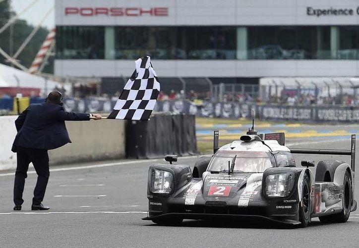 Porsche ganó la carrera de Le Mans que parecía estar en manos de Toyota por primera vez en su historia. (motorpasion.com.mx)